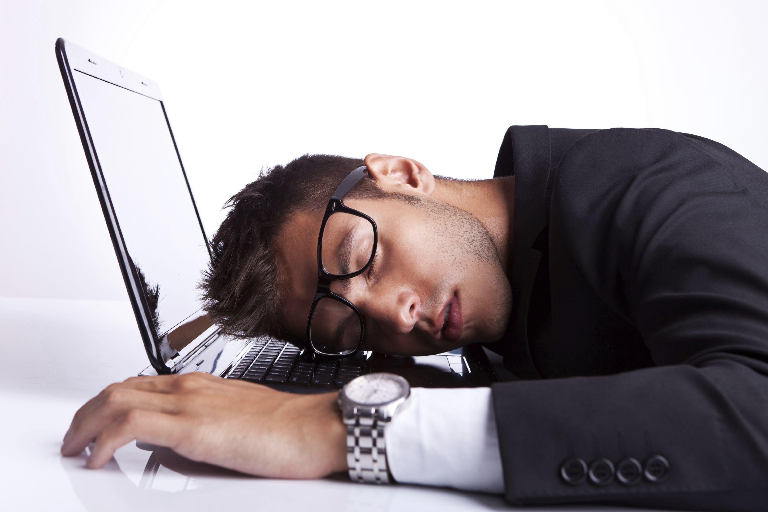 фото усталого человека каменисто-галечный